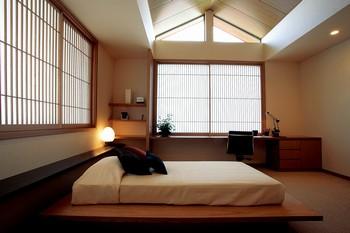 日本の住環境において、今やすっかり溶け込んだ感のあるベッド。しかしデザイン的にどうかというと、まだまだ洋風デザインの室内に限って馴染んでいる状況だ。「和楽 雅」では和空間にもベッドを馴染ませるという観点のもと、寝室を構成している。機能的で心地の良い眠りを誘うことはもちろん、寝室全体を畳間にしてベッドを導入したり、書斎をプラスするなど和洋のくつろぎを自在に融合させている