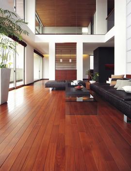 無垢の風合いが、上質な雰囲気を漂わせる。木質感を活かした内装で、優しくつつみ込まれるような空間を生み出す