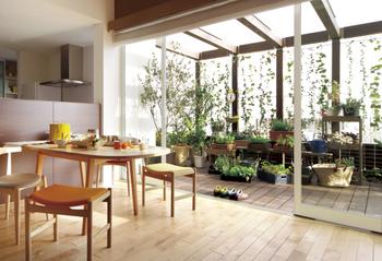 「涼温房(りょうおんぼう)」という設計手法を取り入れることで、人にも環境にもやさしい暮らしを提案する。涼温房とは、風、太陽、緑という自然の恵みを活かして、夏のそよ風や冬の陽だまりのような心地よさを生み出す、住友林業の設計手法。敷地ごとに周辺環境を考えながら、風の流れや日差し、そして緑の特性を巧みに活かすことで、冷暖房機器に頼りきらない快適な住まいを実現する