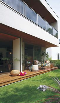 BF構法がつくる空間:敷地の可能性を広げるキャンティレバー 1階より2階が大きく張り出した最大1.82mのキャンティレバーをつくることが可能。キャンティレバーの下はテラスやカーポートなどに利用できる。張り出した空間は居室やバルコニーとして活用できるので、限られた敷地でもプランの自由度が広がる