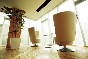 BF構法がつくる空間:空間に広がりをもたらすコーナーサッシ 建物の角に柱のない構造にすることができるので、コーナーサッシやパノラマサッシをつくることができる。光を取り込むことはもちろん、視線が抜けるので空間に豊かな開放感を生み出す
