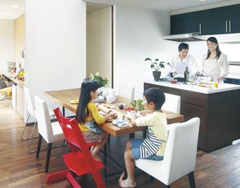 親世帯と子世帯のダイニングを通路でつなげば、料理などをサポートしあえる住まいに。共働き夫婦の場合は、帰りが遅くなる日など、両親に子どもの食事などをお願いするときに便利