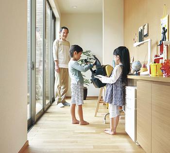 両親とみんなで協力して子育てをするなら、世帯間に設けた「つながる通路」があると便利。学習スペースをつくることで、どちらの世帯からでも、子どもの勉強や身じたくをサポートできる