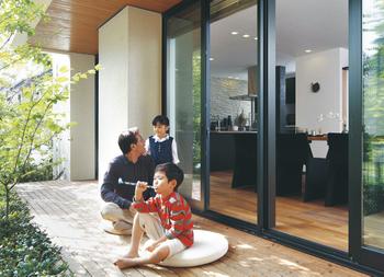 風通しの良いウッドデッキには家族が集まり、コミュニケーションが生まれる。自然の恵みを活かし、四季を楽しむ空間に