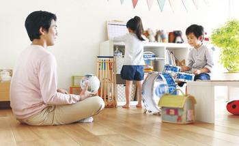 二世帯住宅で気を配りたいのが、上下階の音の伝わり。「イキキ」では、音の伝わりを大きく抑える床構造「遮音60仕様」を標準採用。話し声やテレビの音などが天井を通り抜けて伝わる透過音や、落下音などが伝わる衝撃音という2種類の生活音双方に効果を発揮。高い遮音性能により、快適な暮らしを実現する