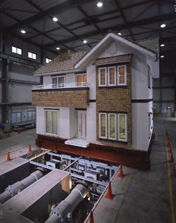 「実験をして建てる」一条工務店では、「夢の家」も例外ではありません。実大耐震実験では、阪神大震災の約1.5倍の地震に耐えられるということを確認しました