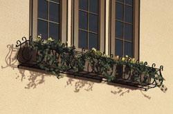 窓辺を飾る「南欧風フラワーボックス」。妻飾りと合わせ、統一感のあるデザインでまとめました。ロートアイアンを用いて、美しいアールを描くシルエットは、外観に優しい印象を加えています