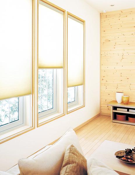 デザインのみならず卓越した断熱性能を誇るハニカムシェード。蜂の巣状に工夫されたダブルハニカム構造と気密レールでしっかりと断熱、冬は暖房した空気を逃がさず、夏は熱気の侵入を抑えながら、強い陽射しも和らげてくれる。陽射しをやわらかな光に変える新発想のこのシェードは、省エネ効果も抜群だ