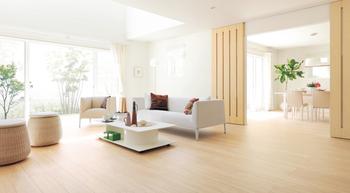 2×6工法が叶えるリビングは、ゆったりと過ごすことができる広々とした大空間を実現。上品な色合いのフローリングやドアは、好みにあわせセレクトすることができ、空間をスタイリッシュに演出できる