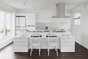 美しさと使いやすさを両立したカウンターキッチン。生活スタイルに合わせて4種のカウンターと4種のカラーから、好みのものをセレクトすることが可能。さまざまなアイデアを搭載したキッチンは、ご夫人も納得の使い勝手を実現してくれる