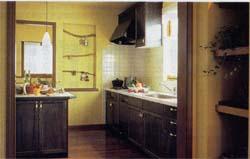 木目も美しい落ちついた風合いのキャビネットにシンクや調理器具などを機能的に組み合わせたオリジナルキッチンを標準設定。アイルランドカウンターなど、ゆとりの空間を提案