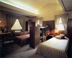それぞれのベッドの中間に低めのインテリアを配置することによって、夫婦がお互いのぬくもりを感じながら、一人の時間も楽しむことができる主寝室