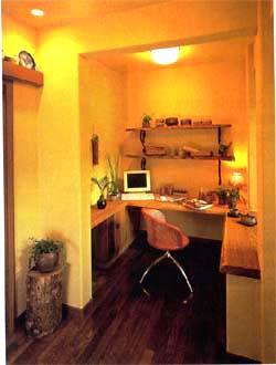 リビングとは腰壁だけで仕切られている開放的な書斎スペース。部屋に閉じこもるのではなく、家族の気配を感じながら仕事をすることができる