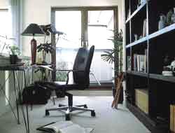作り付けの書庫と、リビングに向いたデスクが家族との一体感を生むご主人の書斎