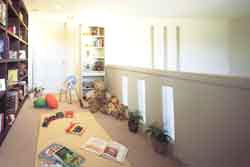 「リビングロフト」とは、本来、子供室などに多く見られるロフトをパブリック空間であるリビングルームに組み込んだ新発想の空間です。階下とゆるやかにつながり、吹き抜けの開放感も満喫できるこの空間は、ひとりの時間を豊かにするだけでなく、家族の集いのあり方もさまざまに演出。私的空間としてはもちろん、ご夫婦の、あるいはご家族の趣味空間としてなど、多彩に活用できます。