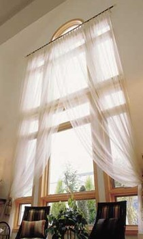 外から見ればトラッドな雰囲気に満ちた、吹き抜けの壁面に大きく広がる窓。やわらかな陽射しがリビングにたっぷり差し込んでくる