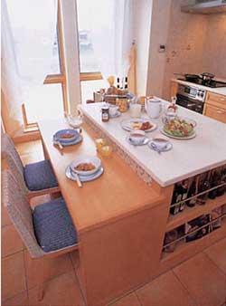 アイランドカウンターに軽食を取れるカウンターも付けて、家族のコミュニケーションがより活発になる工夫をしたキッチン