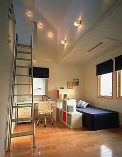 スロープシーリングを生かしたロフトが付いている子供部屋。遊び心たっぷりの空間で創造力も伸びてゆく