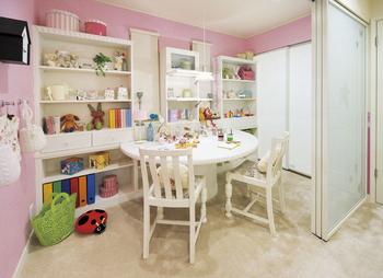 2つの子供室の間の共有空間「マルチスタディー」は学寝分離の提案。間仕切りは半透明のスライドスクリーンで閉めても圧迫感がない。可動式間仕切りで、子供が小さなうちは仲良く一室、大きくなったら部屋を分ける、さらに将来は夫婦で使うなど、家族の成長に合わせた使い方ができる