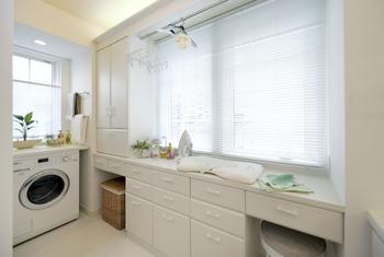 浴室や洗面・洗濯室は、ゆったりと。そしてお風呂のたびに各部屋から着替えを用意しなくて済むように、家族の部屋着をしまえる収納を提案。洗濯物の仮干しパイプ、アイロン台になるカウンター。お洗濯がはかどる工夫もちりばめて