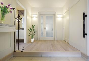玄関ホールは、住まいの顔として上品な雰囲気を大切にしながら、左の一角にはトイレと洗面化粧台を。家族が外から帰った時の手洗いに、またお客様も気軽に使える、嬉しい気配りコーナー。右側には、ミニドレッサーや収納棚を設えた「フィッティングルーム」