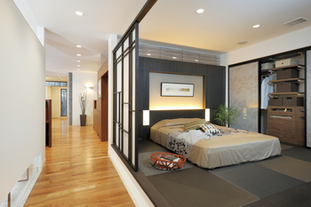 床面を上げて独立させつつ、上部の欄間でファミリーコモンとのつながりをもたせた主寝室。将来は間仕切りを取り外し、床もフラットにして間取り変更を行うことも容易
