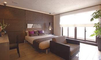 bed room-光をコントロールし、ダークブラウンの落ち着いた色調でコーディネート