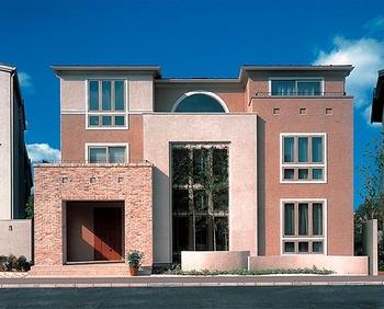 外観バリエーション例 4:スクエアなフォルムに象徴的な半円窓で家の表情を柔らかく演出。高さと素材の異なる3つのファサードで街並みへの圧迫感をなくした都市型3階建て