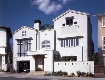 外観バリエーション例 5:デザインされたたくさんの窓とスキップフロア。カウンターで大空間をほど良く仕切ることで、家と街、家族が自然につながることができる住まい