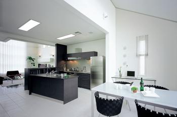 最上階であることを生かした勾配天井は、空間に開放感とゆとりをもたらす。水平方向に広がる、暮らしやすいワンフロアのプランは、ストレスフリーで利便性に優れた暮らしを実現する