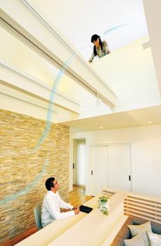 風が通り抜ける立体空間、2階吹き抜け・ブリーズステーション。リビングの窓を開ければ、1階から2階のインナーバルコニーへの風の流れが生じる空間。家族のコミュニケーションも育まれる