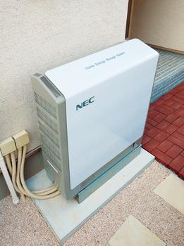 家庭用蓄電池は、安心・安全、大容量、薄型、静粛性に優れたリチウムイオン蓄電池を採用している。太陽光発電でつくった電気や割安な深夜電力をしっかりと貯めて、必要なときに上手に使うことができ、毎日の暮らしの中の省エネに活用。もしもの停電時にもフル蓄電の状態で、500Wの電力を10時間使用することが可能だ。※おおよその目安。諸条件によって異なる