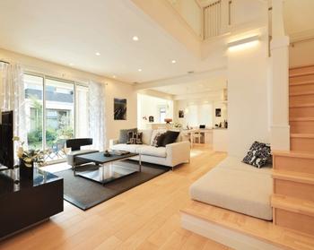 広々としたワンルームのように開放的な1階のパブリックスペース。家具のレイアウトにより、リビングやダイニングを緩やかにゾーニング。家族が思い思いの場所でくつろいでいても、つねに身近に気配を感じることができる、家族の心をつなぐ空間