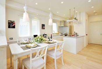 ダイニングとつながるキッチンは、家族と一緒に料理ができるアイランドカウンターを採用。誰もが気軽に利用でき、集いに最適なキッチンレイアウト。シンク前には大きな窓を設け、自然光で手元を明るくし、使い心地にも配慮している