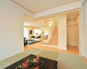 イグサの香り漂うマルチスペース「和・ヌック」は、間仕切り戸をフルオープンにすることで、リビングとつながる開放的な空間に。閉じれば客間やフォーマルな空間になる