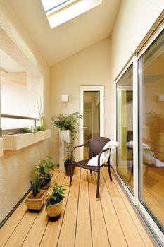 ご主人が入浴後に夕涼みしたり、雨の日でも洗濯物が干せたり。明るいトップライトを設け、半屋外空間の心地よさを満喫できる、プライバシーも確保したスペース