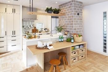 便利なテーブルと回遊動線を備えたキッチンで、料理の準備や片付けもみんなで一緒にできる