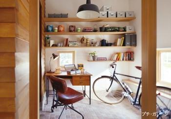 家族と一緒の暮らしの中で、一人になれる時間を大切に。玄関の土間スペースに設けられたパパのための「プチ・ガレージ」では、工作や読書など趣味に没頭して自由に過ごせる