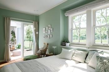 寝室は1階と決めた。爽やかな朝の光と鮮やかな庭の緑、一日のうちでいちばん美しいすこやかな時間を心ゆくまで感じたい