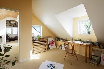 斜め天井のこもり感。ドーマーが広げる空間の可能性。映画で見たような自分だけの特別な場所となる