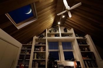 寝転んで空を見上げる。グラスを片手に、好きな音楽に耳を傾けるいつもの時間。今夜も、月が覗いている