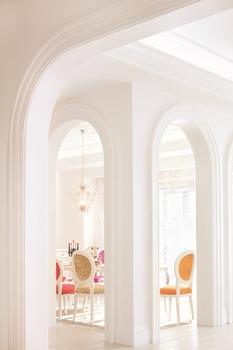 18世紀のフランスにおけるサロンの舞台となる優雅で居心地の良い空間を、飾る意匠として好まれたのが「ロココ様式」。この贅沢で優雅なスタイルであるロココ様式を、三井ホームが現代的なライフスタイルを意識し、様々な面でアレンジを施したのが「モダンロココ」のデザイン。華やかな印象のインテリアとゆるやかにつながる空間は、パブリックにもプライベートにも対応した明るく穏やかなスペースとなっている