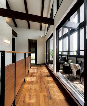小屋裏空間まで一体となった「Loft Living」。さんさんと降り注ぐ光に満ちた、とても明るく開放的な空間。日本家屋の伸びやかな暮らしを小屋裏の利用で現代に受け継いだ