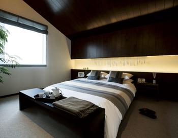 勾配天井が印象的な主寝室は、枕元の天井が下がっていることで落ち着きを感じられる空間に。このような素敵な空間なら、眠りにつく前の寝室で過ごす時間が待ち遠しくなりそう