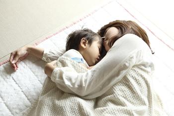 子どもと過ごすお昼寝の時間。睡眠は、脳の発達に大きな影響を及ぼすと言われている。安心を与えてくれる静かな環境で眠らせることができる