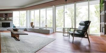 縦横に広がる圧倒的な開放感を堪能できる『xevoΣ』の「グランリビング」。新開発の工法により、業界最高クラスの2m72cmの天井高、間口幅最大7m10cmの大空間を可能にした。強い陽射しを遮る深い軒が、窓辺で風を感じながらゆったり過ごす時間も心地よいものにしてくれる