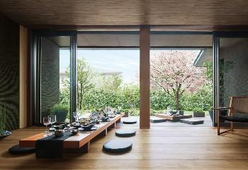"""窓の外には、""""わが家の庭""""というこの世にひとつだけの景色がある。季節ごとにその装いを変える、飽きのこない風景がある。ここは、家に居ながら日本の四季を堪能できる、わが家の特等席。大開口の窓で、庭の景色を大きく取り込む「ロケーションリビング」。この空間が、庭とつながる平屋の暮らしを、味わい深いものにする"""