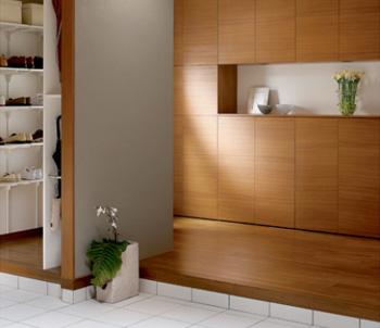 玄関の動線を2つに分ける。玄関をお客さま用と家族用で分け、家族側に収納をまとめてしまう方法がある。きちんと使い分ければいつもお客さま用の玄関はすっきり保つことができる