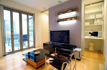 テレビボードの後ろに回遊できるリビング収納を設ければ家族で共有しやすく、ものがすっきり片づいて、インテリアも引き立つ。とっさの来客時もさっと片づけられて安心