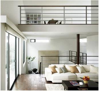スキップフロアによって視界が縦に広がっていくことで、天井も実際より高く感じることができる。区間を平面でなく3次元でフル活用する発想で、住まいに広がりとゆとりをもたらす
